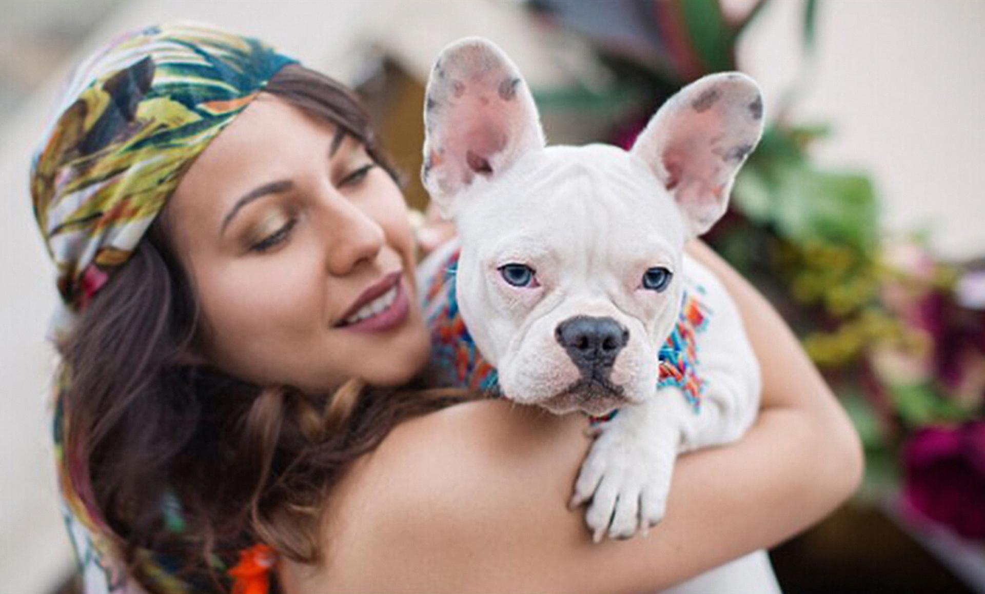 retail ecommerce marketing women with dog